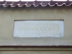 26 pav. Memorialinė lenta ant kiemo vartų Literatų g. 5