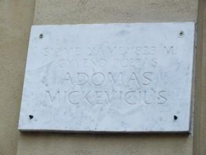 27 pav. Memorialinė lenta ant kiemo vartų Literatų g. 5