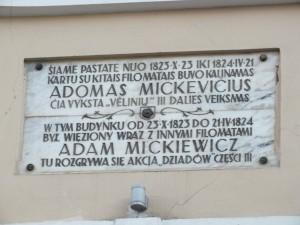 32 pav. Memorialinė lenta prie Bazilijonų vienuolyno (Aušros Vartų g. 7A)