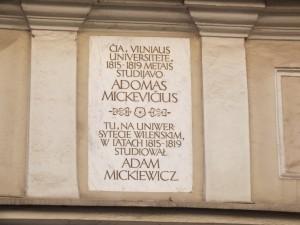 7. pav. Adomo Mickevičiaus memorialinė lenta prie Vilniaus universiteto