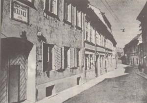 9 pav. Namas Bernardinų gatvėje. Čia poetas rengė savo pirmąją knygą