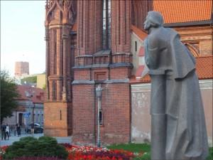 13 pav. Adomo Mickevičiaus paminklas Maironio gatvėje, aikštėje tarp Šv. Onos, Bernardinų ir Šv. Mykolo bažnyčių ansamblių (skulpt. Gediminas Jokūbonis)